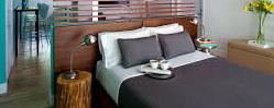 кровать с двумя тумбами