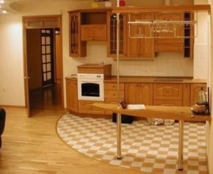 сочетание ламината с плиткой для просторной кухни